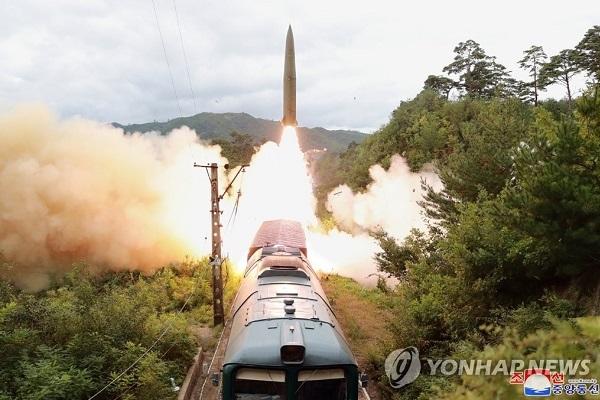 Xem Triều Tiên phóng tên lửa đạn đạo từ tàu hỏa