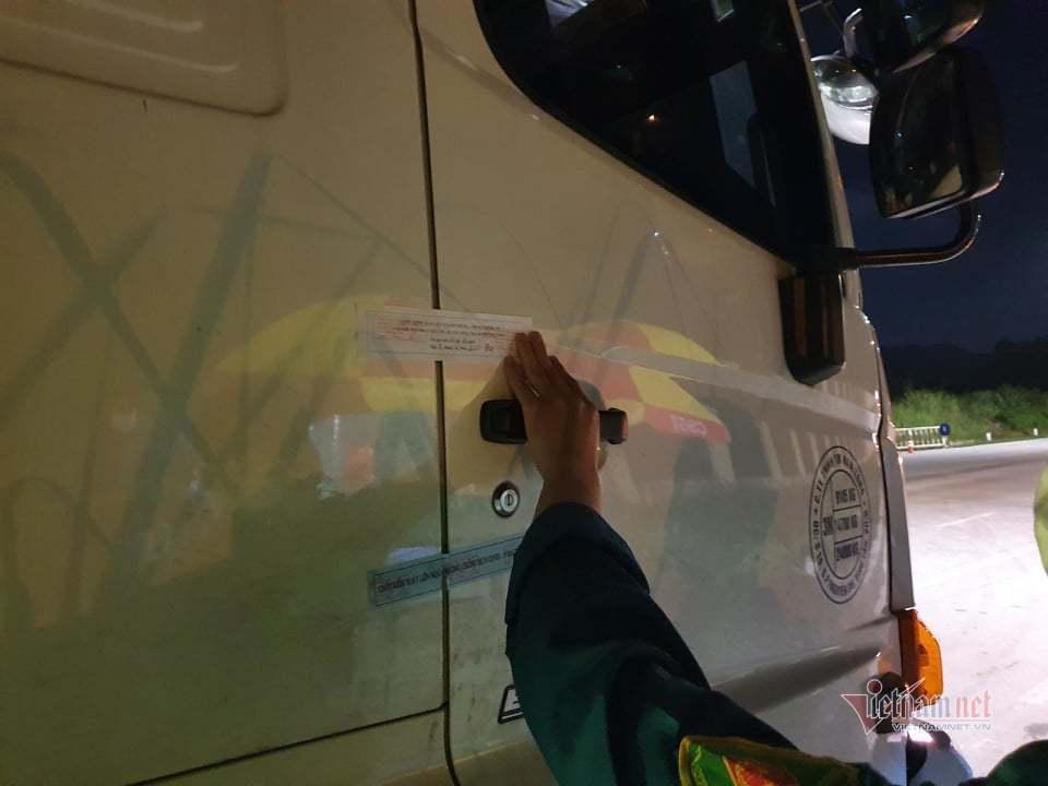 Chốt kiểm dịch dán tem niêm phong cửa xe tải ở cảng hàng hoá lớn nhất Hạ Long