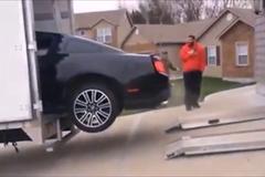Cố lái Ford Mustang lên thùng xe tải, đầu xuôi nhưng đuôi không lọt