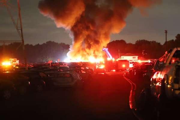 Sét đánh khiến hàng chục ô tô bốc cháy như 'cánh đồng' lửa
