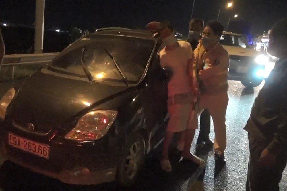 CSGT khống chế tài xế trốn cách ly, phóng xe 'bạt mạng' trên cao tốc