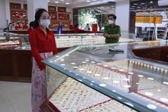 Nữ nhân viên trộm hàng ngàn nhẫn vàng của chủ tiệm