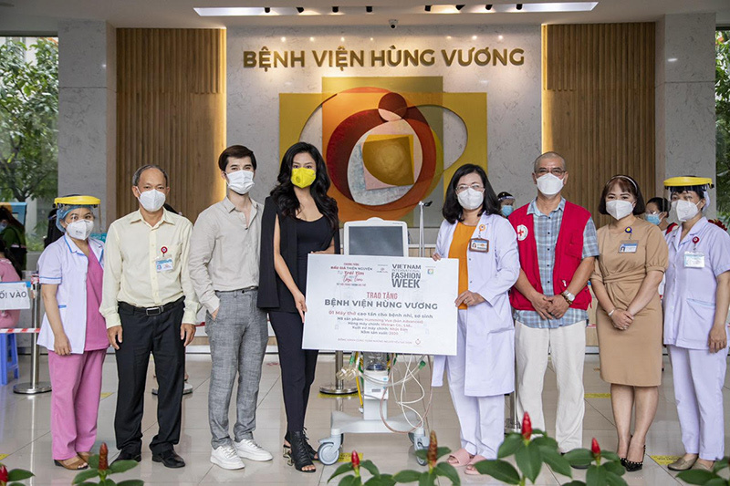 Vũ Thu Phương trao máy thở cho Bệnh viện Hùng Vương