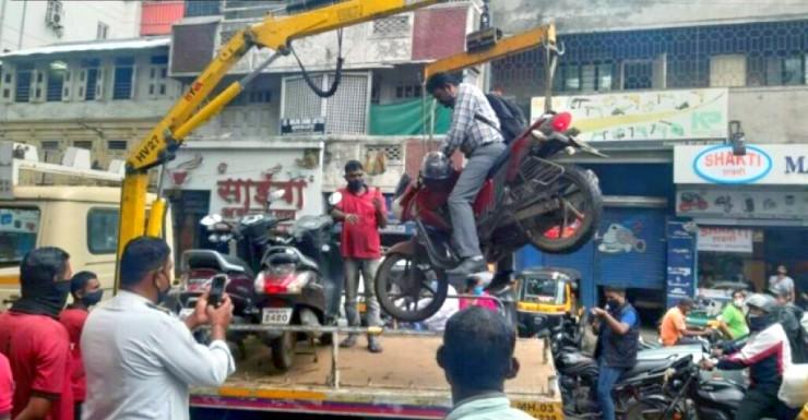 Người đàn ông xây đền thờ xe máy để phản đối quy định ngược đời