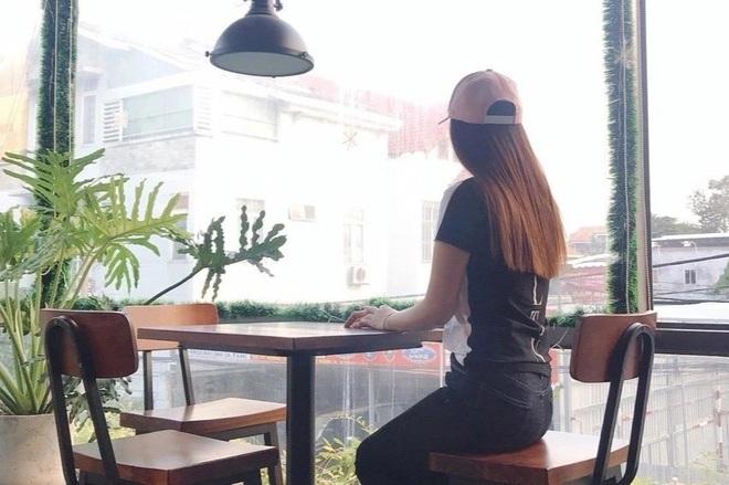 Cô gái bán vé máy bay khóc nghẹn vì 2 năm... 'toàn ăn với đuổi ruồi'