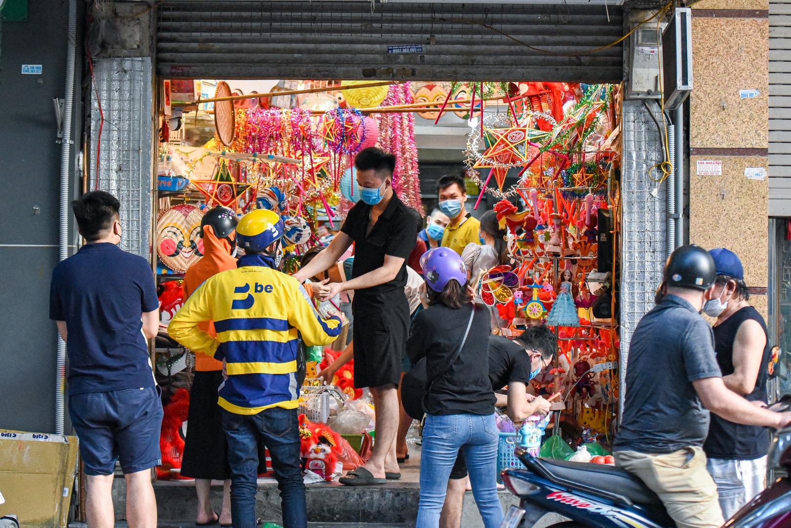 Chưa từng thấy ở phố Trung Thu: Thoắt vắng thoắt đông, mở cửa như 'đánh du kích'