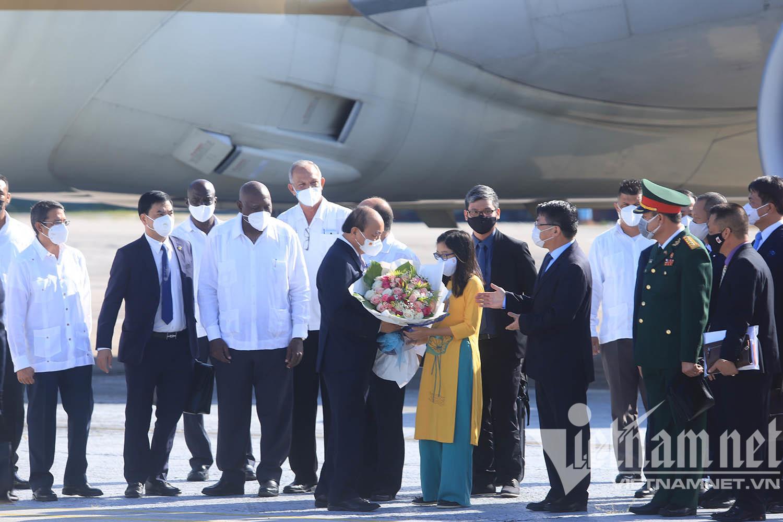 Chủ tịch nước đến La Habana, bắt đầu thăm chính thức Cuba