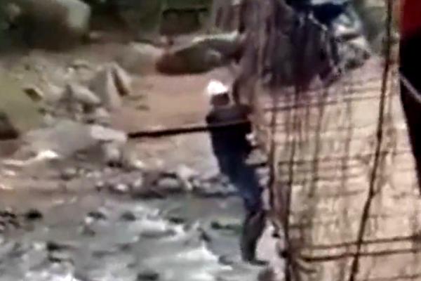 Liều chở vợ qua cầu treo cũ và cái kết đắng