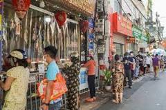 Xếp hàng hơn 30 phút chờ mua bánh trung thu ở Hà Nội