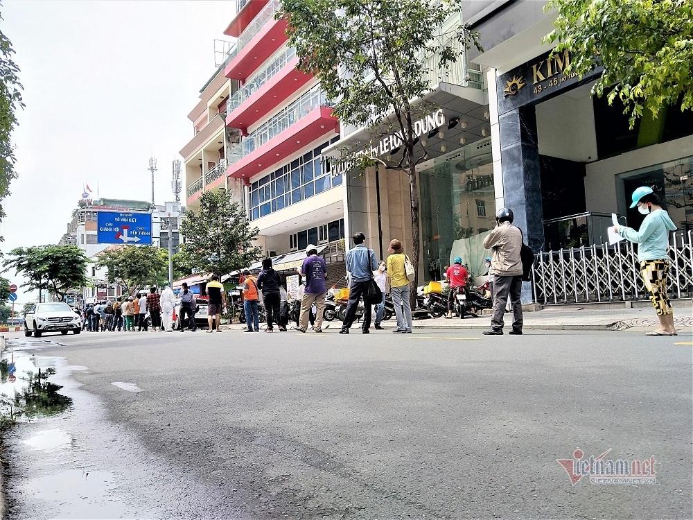 Đội nắng, chịu mưa, đứng xuyên trưa chờ mua bánh trung thu