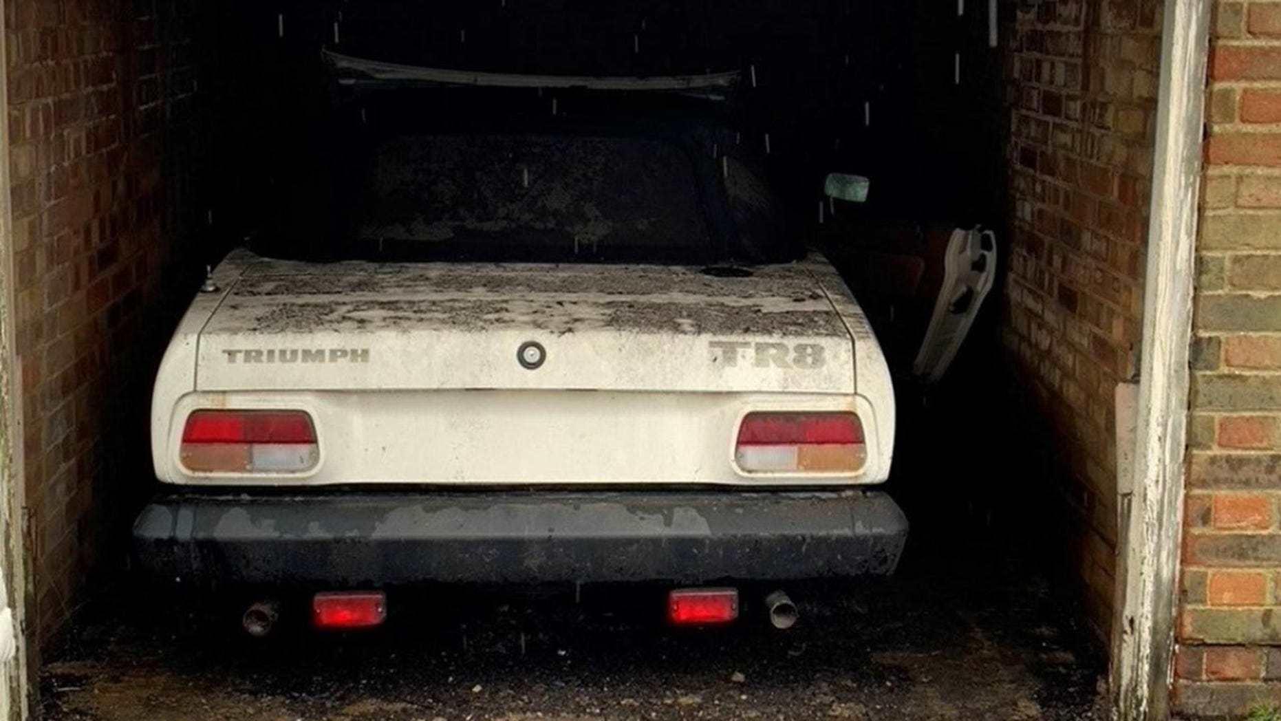 Xế cổ Triumph TR8 quý hiếm bị bỏ xó trong gara suốt 40 năm
