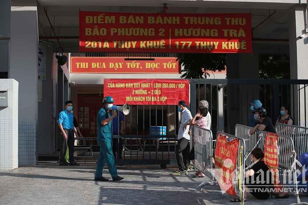 Hàng trăm người dân Hà Nội xếp hàng mua bánh trung thu