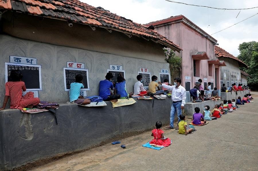 Lớp học ngay trên đường phố ở Ấn Độ