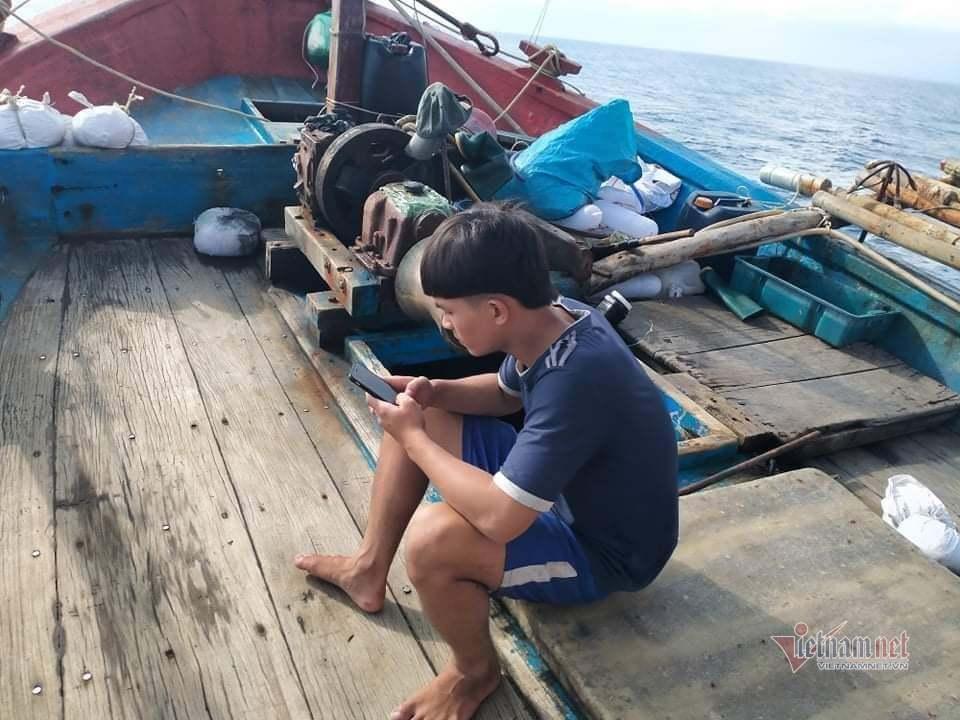 Giờ học ở biển của cậu học trò làm thuê trên tàu cá
