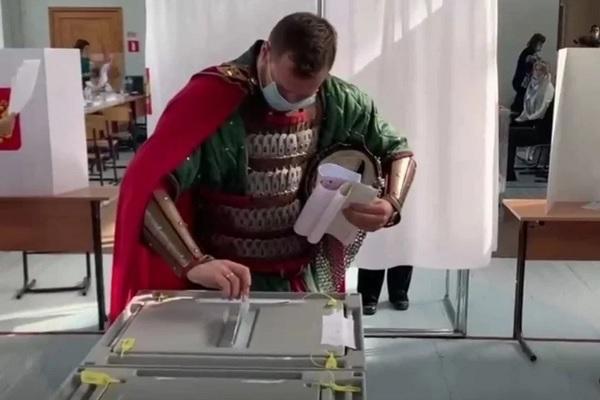 Dân Nga 'hóa thân' thành người Sắt, thần Loki đi bầu cử quốc hội