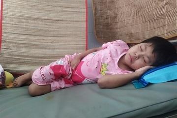 Thất nghiệp do dịch bệnh, cha bất lực không lo được thuốc cho con gái suy thận