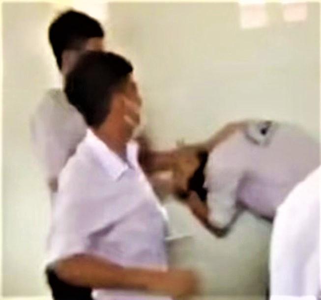 Học sinh đánh nhau trong nhà vệ sinh, Giám đốc Sở phê bình hiệu trưởng