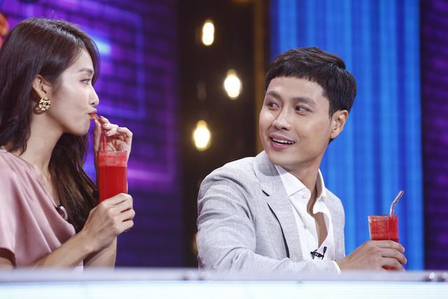 Khoảnh khắc tình tứ của Thanh Sơn và Khả Ngân trên truyền hình