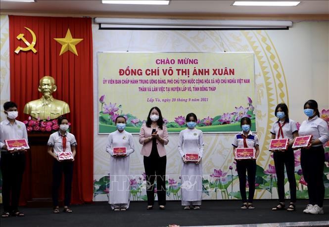 Phó Chủ tịch nước Võ Thị Ánh Xuân trao quà hỗ trợ Đồng Tháp chống dịch Covid-19