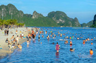 Bãi biển Hạ Long nhộn nhịp ngày đầu được hoạt động trở lại