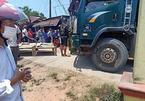 Bố lùi xe tải vô tình đè con trai 2 tuổi tử vong