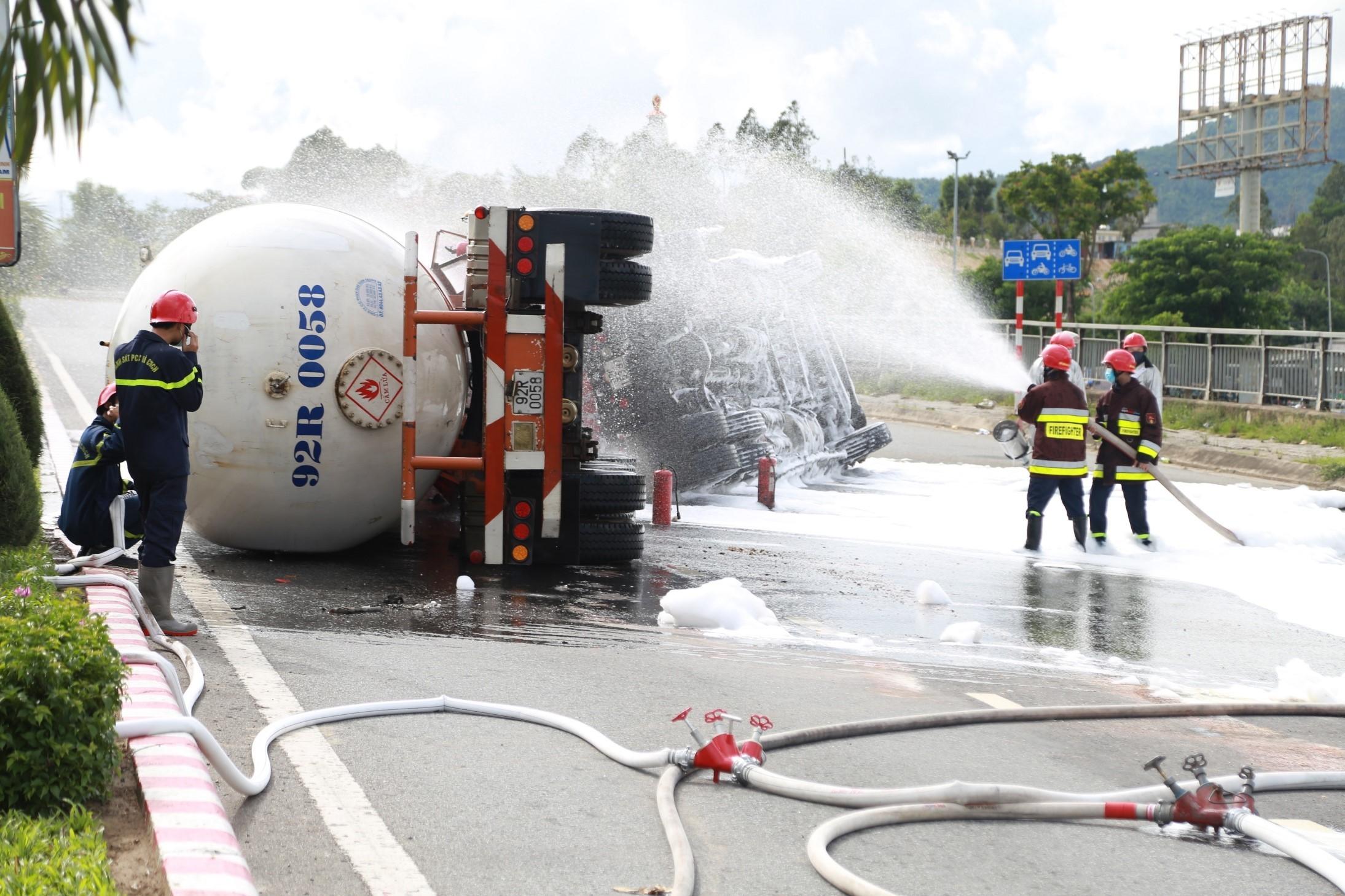 Xe chở 20 tấn gas bị lật ở Đà Nẵng, sẵn sàng di dân trong bán kính 100 mét