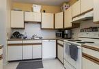 Nhà bếp cũ và bề bộn thay đổi không nhận ra sau cải tạo