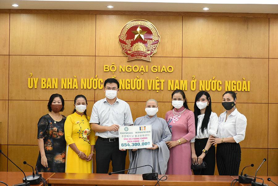 Tiếp nhận tiền kiều bào ủng hộ cho công tác phòng chống Covid-19