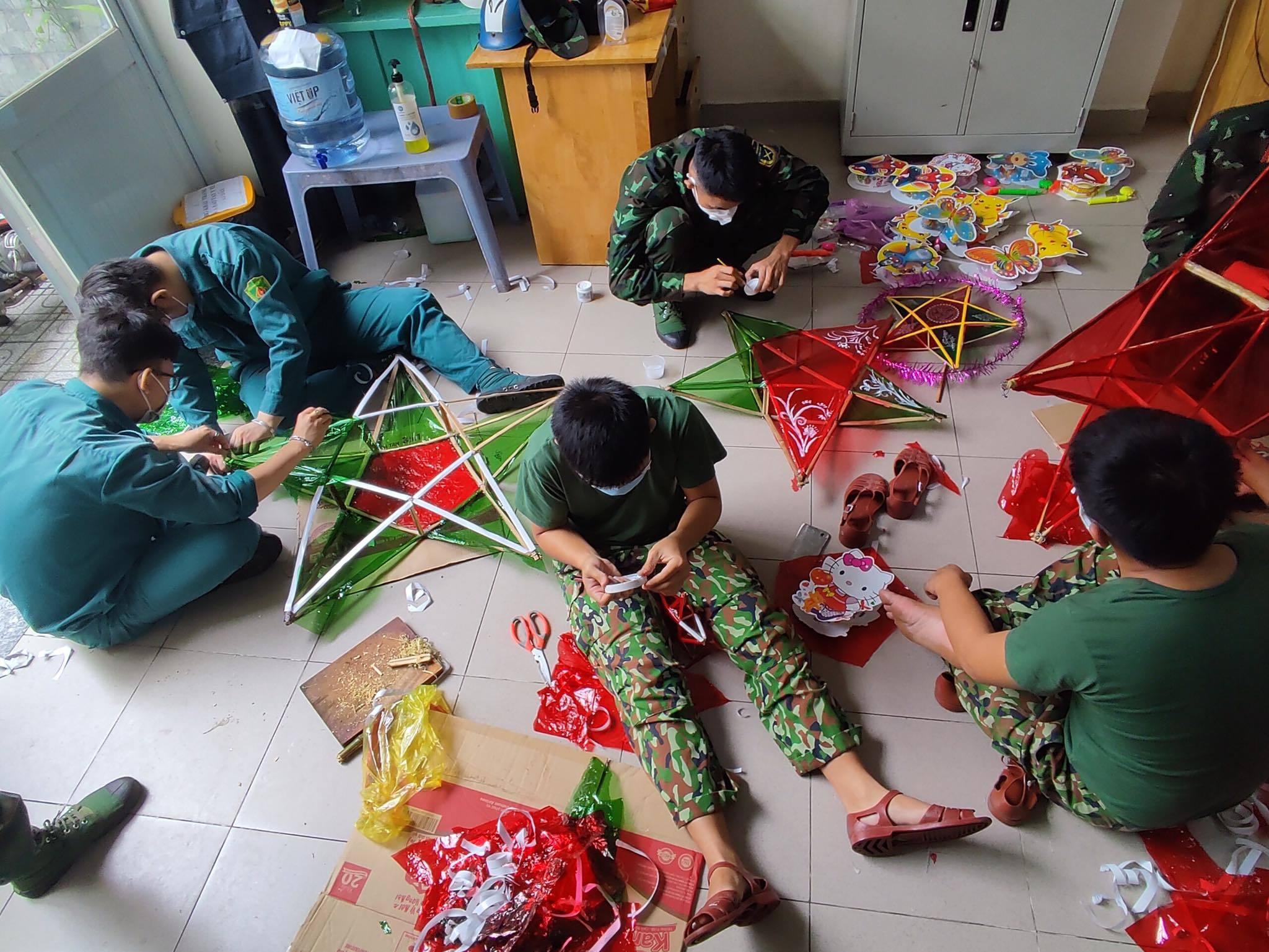 Hình ảnh bộ đội làm đèn ông sao, mang Tết Trung thu tới trẻ em ở TP.HCM