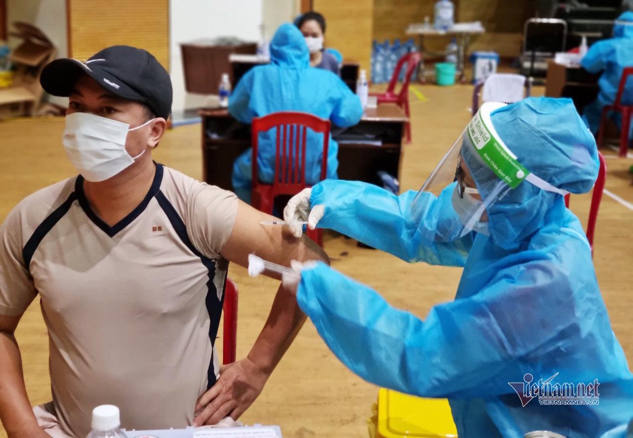 Quảng Ngãi cho phép người tiêm đủ 2 mũi vắc xin được ra đường