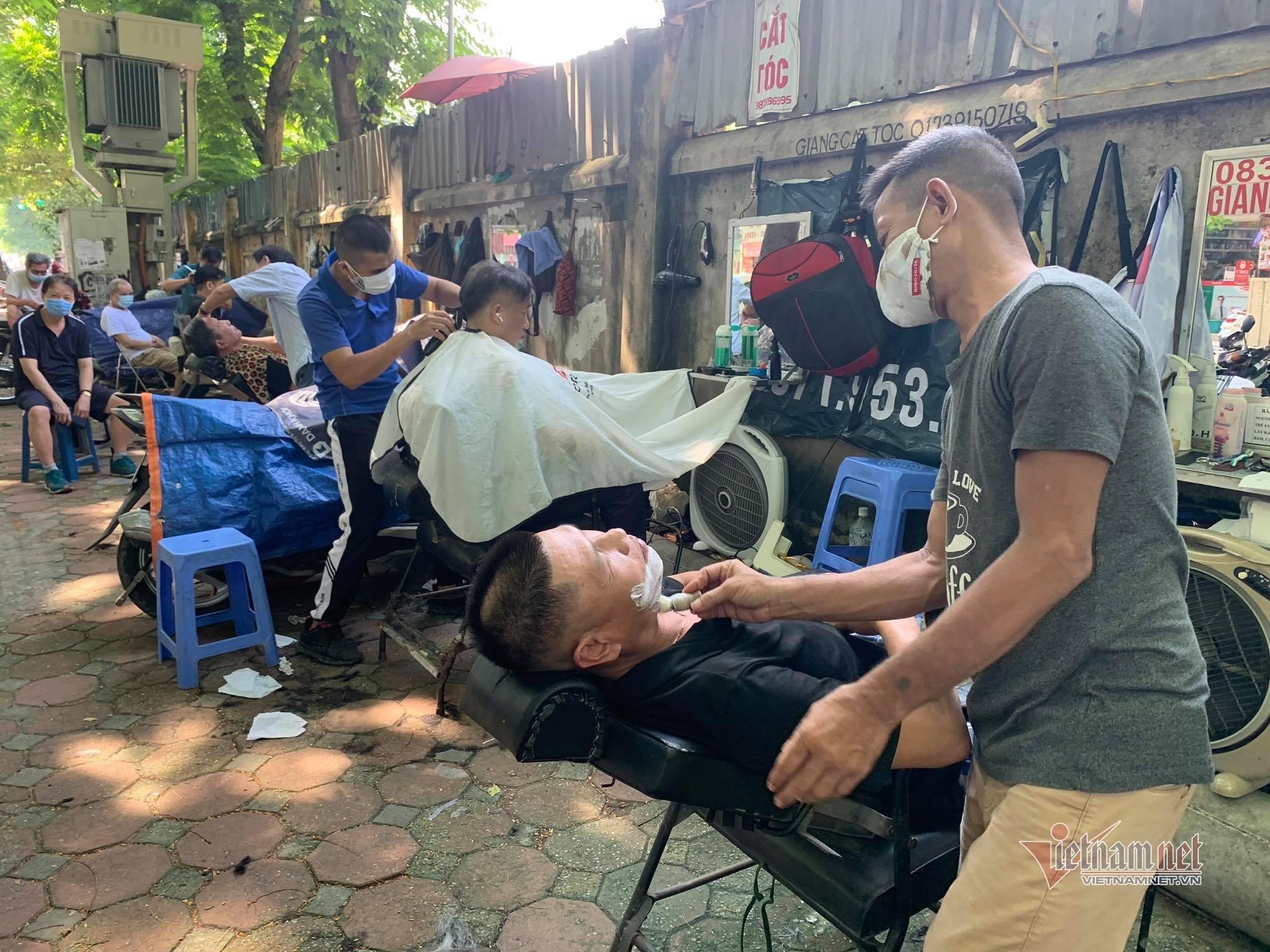 Hà Nội ngày đầu thực hiện Chỉ thị 15, người dân xếp hàng cắt tóc