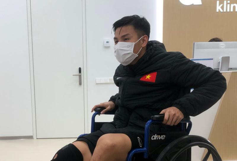Tuyển thủ futsal Việt Nam ngồi xe lăn, lỡ trận gặp Nga