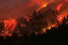 Cận cảnh núi lửa phun trào 'nuốt gọn' nhà cửa