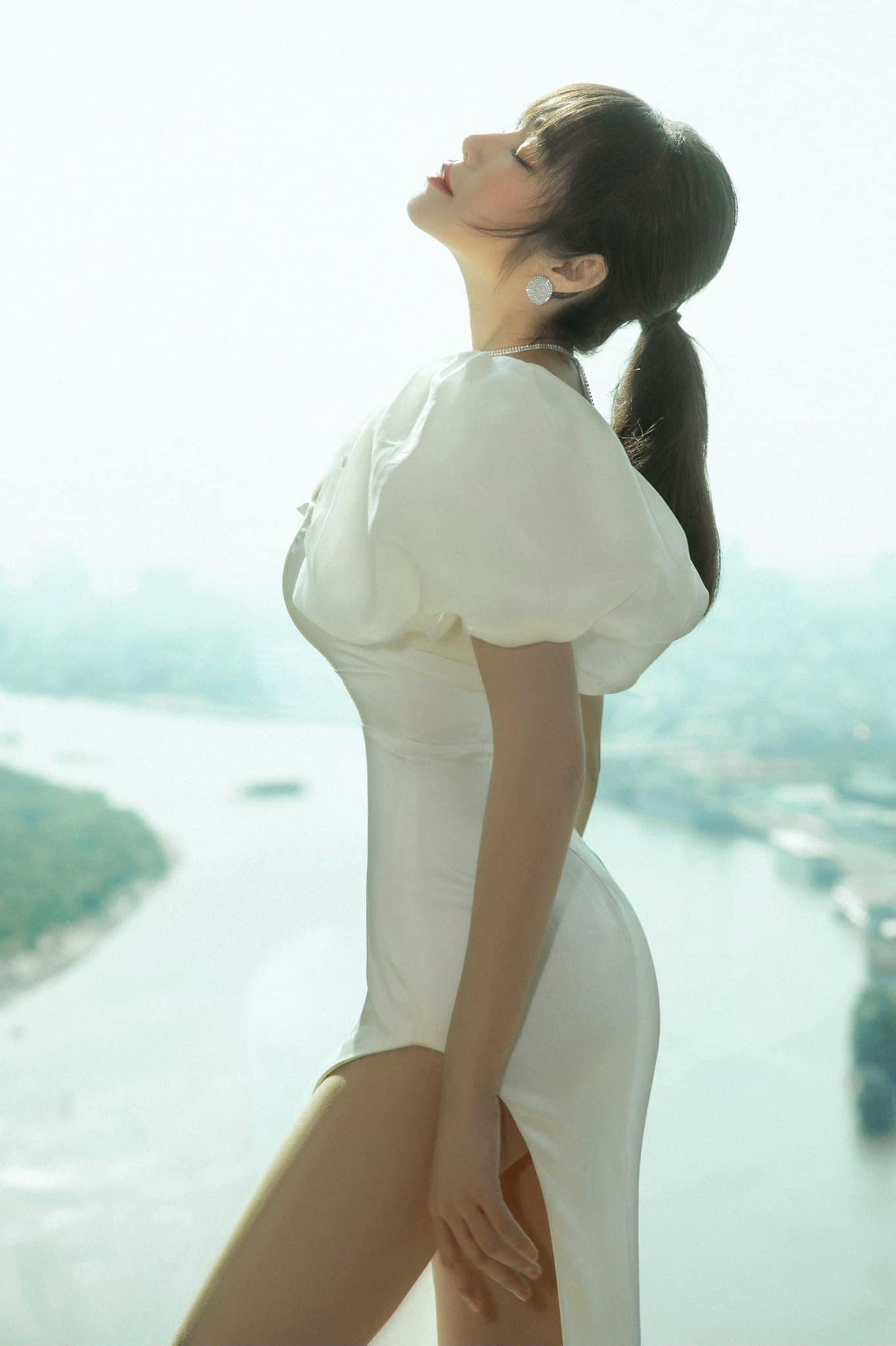 Đường cong nóng bỏng của gái 2 con Elly Trần