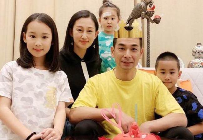 Tuổi 49, tài tử Triệu Văn Trác viên mãn bên vợ đẹp con xinh