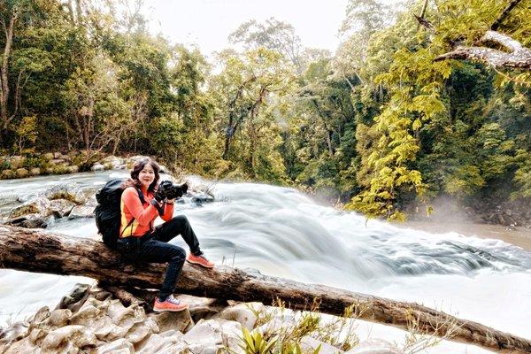 Nữ 'phượt thủ' U60 vượt rừng già, chinh phục thác xiết Gia Lai giữa mùa mưa