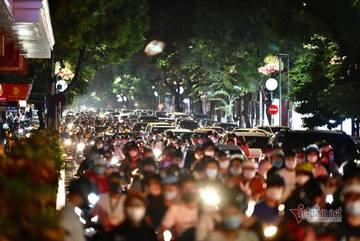 'Biển người' ở Hà Nội đổ ra đường vui Trung thu sau ngày dài giãn cách