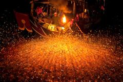 Cách đánh cá mòi bằng lửa như diễn xiếc của ngư dân trên biển