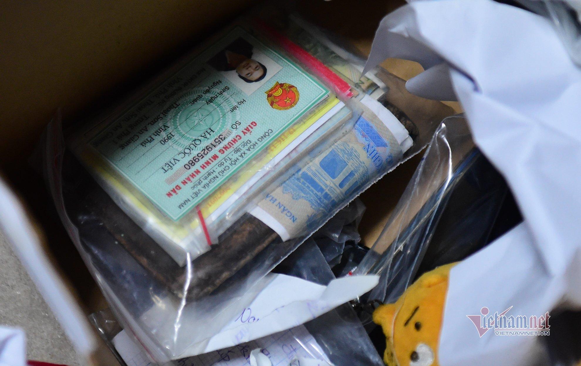 Trao kỷ vật của bệnh nhân Covid-19 đã mất cho người thân