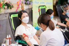 Hoa hậu Ngọc Hân đi hiến máu và trao quà trung thu tại bệnh viện