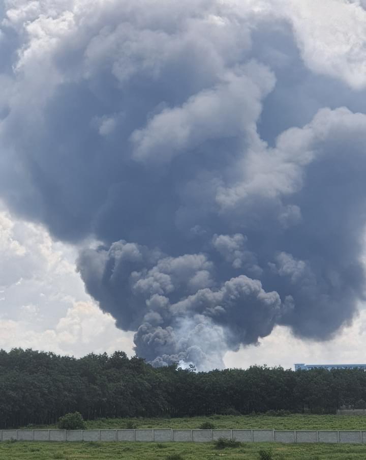 Cháy dữ dội tại công ty sản xuất mút xốp ở Bình Dương