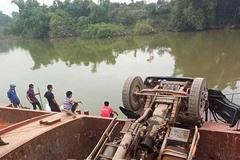 Xe tải chở đất lật xuống sông ở Bắc Giang, tài xế mất tích