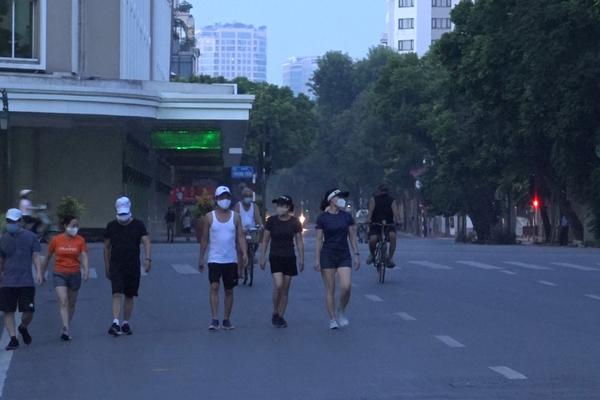 4 phụ nữ ở Hà Nội đi thể dục, gặp công an bỏ chạy, bị phạt 8 triệu