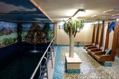 Bên trong tàu phá băng có cả bể bơi, nhà hàng sang chảnh