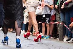 Vì sao nhiều nam giới chuyển sang đi giày cao gót
