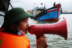Các tỉnh miền Trung cấm tàu thuyền ra khơi, chạy đua ứng phó với ATNĐ