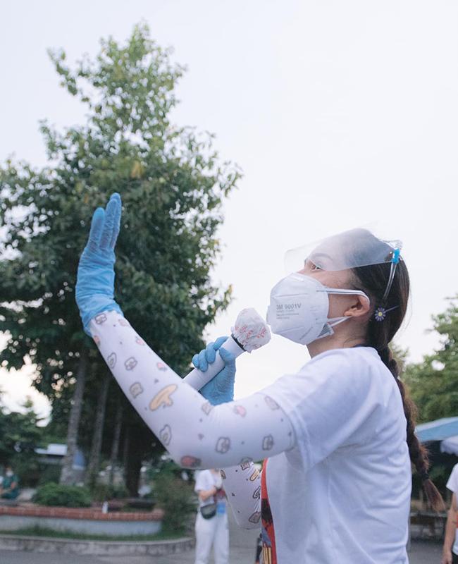 Lê Minh bị sốc vì mất nước, Khả Như khó thở vì mặc đồ bảo hộ