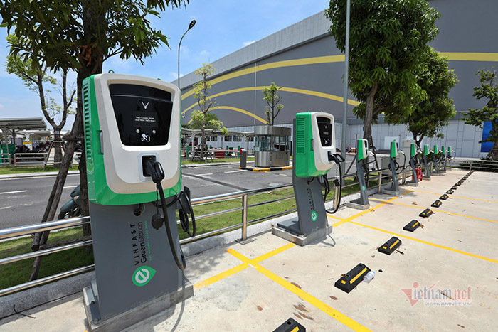 Investment in charging stations needed for electric car industry