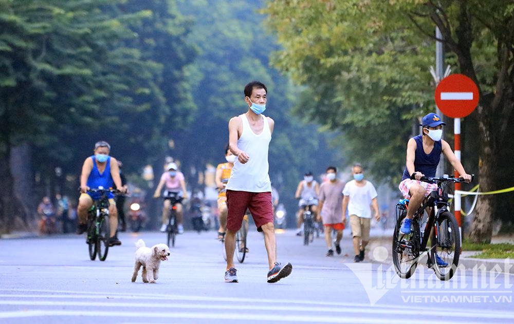 Người Hà Nội và thú cưng đi bộ, đạp xe thể dục buổi sáng