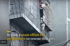 Hàng xóm giải cứu bé gái lơ lửng trên 'chuồng cọp' tầng 4